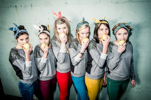 girls eating apple